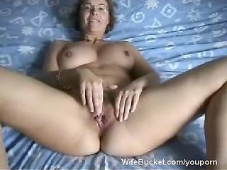 milf wife finger-fucking her loose wet crack